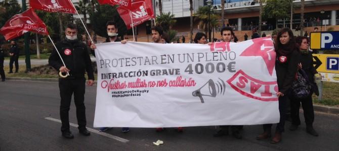 IU Rincón muestra su rechazo a la Ley Mordaza y a la represión sufrida por las protestas contra el Campo de Rugby en la manifestación que ha tenido lugar en Málaga