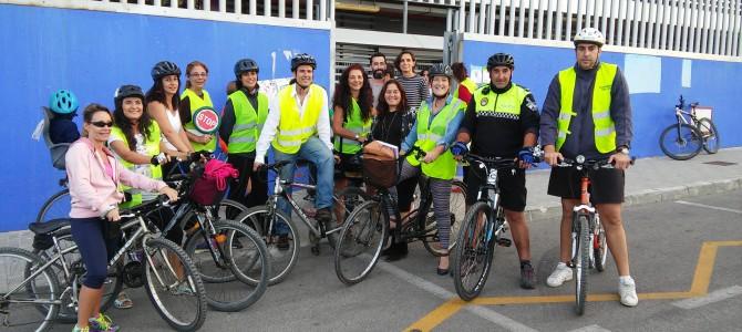 Los alumnos del centro escolar Josefina Aldecoa de Torre de Benagalbón acuden a clase en bici para promover su uso