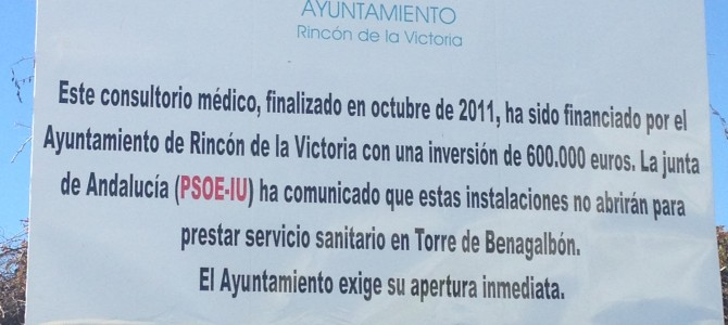 La Junta Electoral ordena al Ayuntamiento retirar la valla que se había colocado junto al Consultorio de Torre de Benagalbón contra IU y PSOE