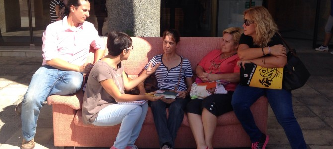 IU Rincón saca de nuevo el sofá a la calle para recibir a los colectivos y a la ciudadanía y hacer valoración de los 100 días de gobierno
