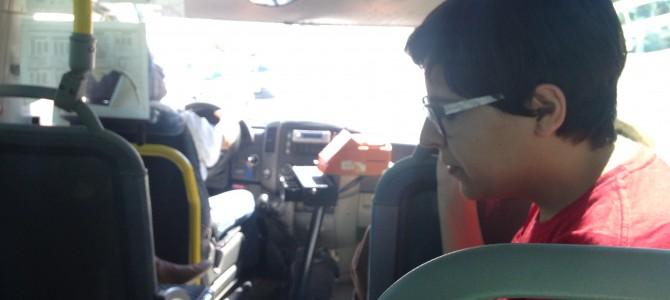 IU llena de poesía los autobuses de Rincón para conmemorar el Día del Libro