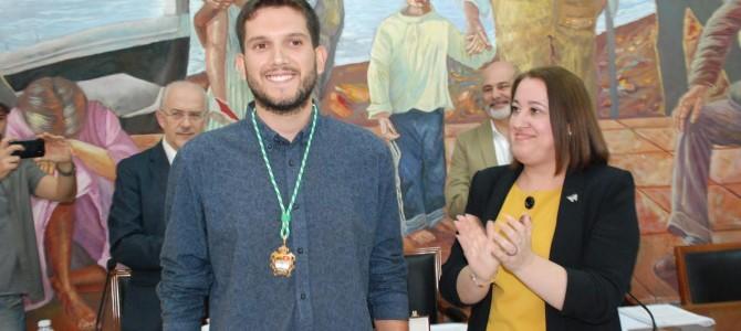 Carlos A. Tejón, nuevo concejal del Grupo Municipal de IU, tras prometer su cargo ayer en el Pleno del Ayuntamiento rinconero